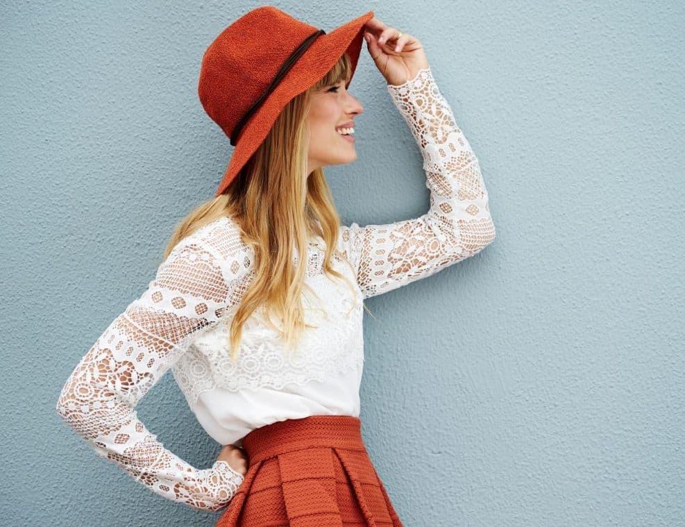 תמונה של דוגמנית עם כובע מיוחד מצטלמת לאתר 131