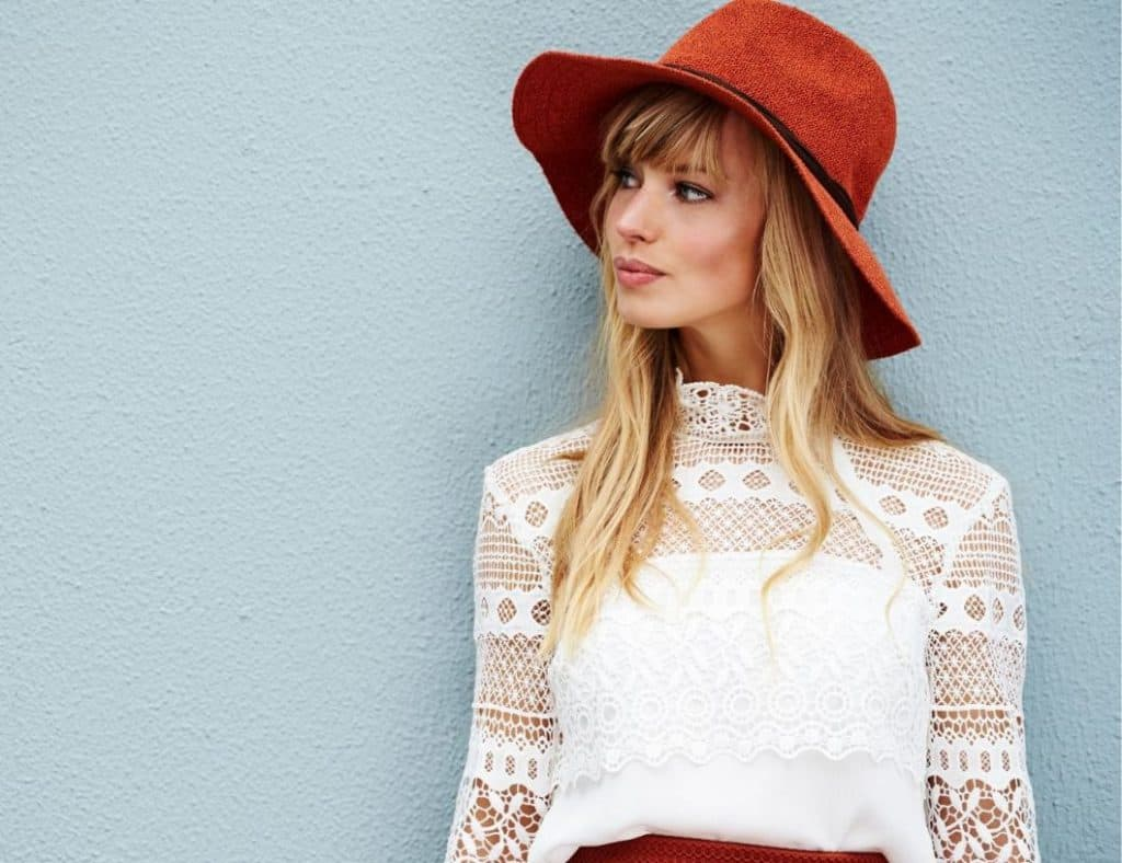 תמונה של דוגמנית עם כובע מצטלמת לאתר 131 בלוג אופנה לנשים