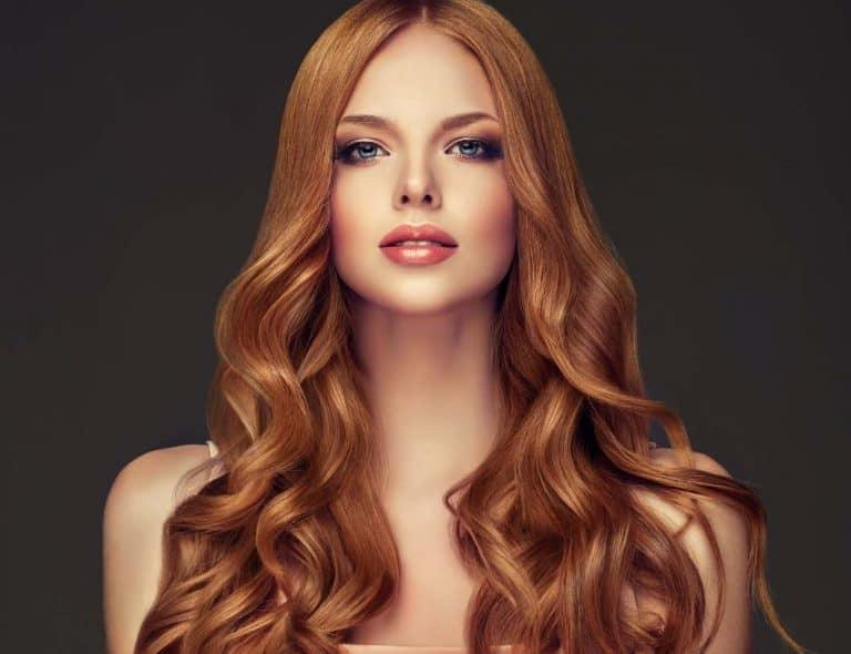 תמונה של דוגמנית עם שיער חלק ורקע שחור לאתר 131 עיצוב שיער