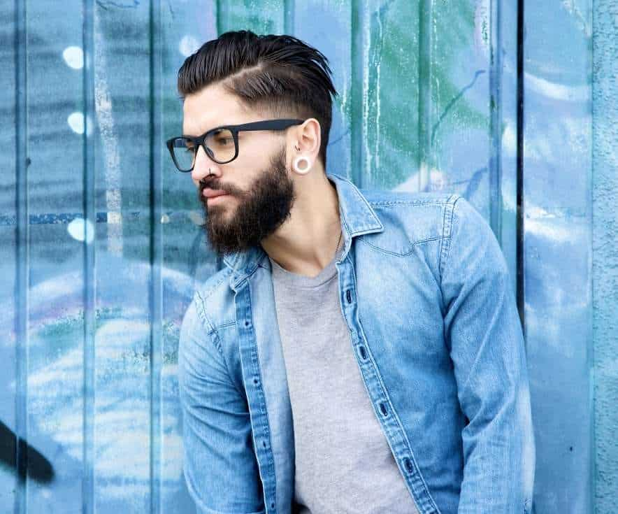 תמונה של דוגמן עם רקע כחול משקפיים ועגיל לאתר 131 בלוג אופנה