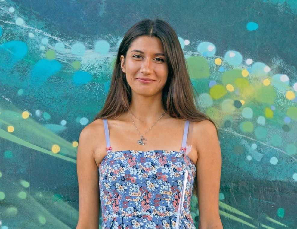 תמונה של דוגמנית עם שמלה פרחונית מצטלמת לאתר 131 בלוג אופנה ולייף סטייף