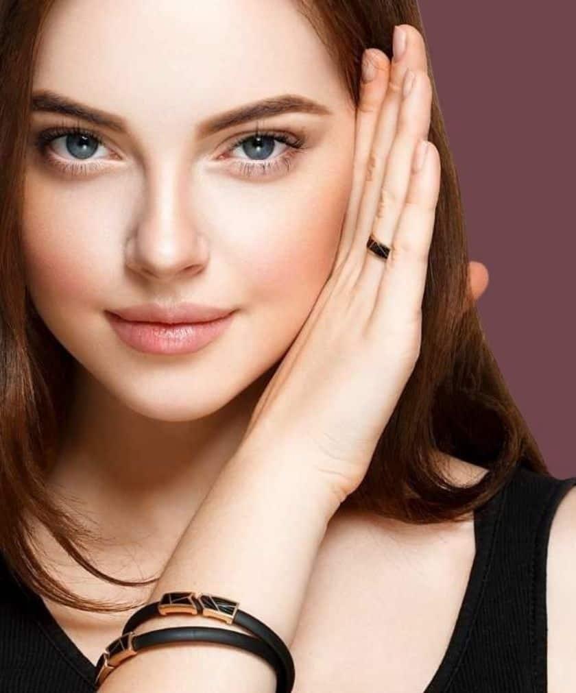 תמונה של דוגמנית עם רקע מיוחד מצטלמת לאתר