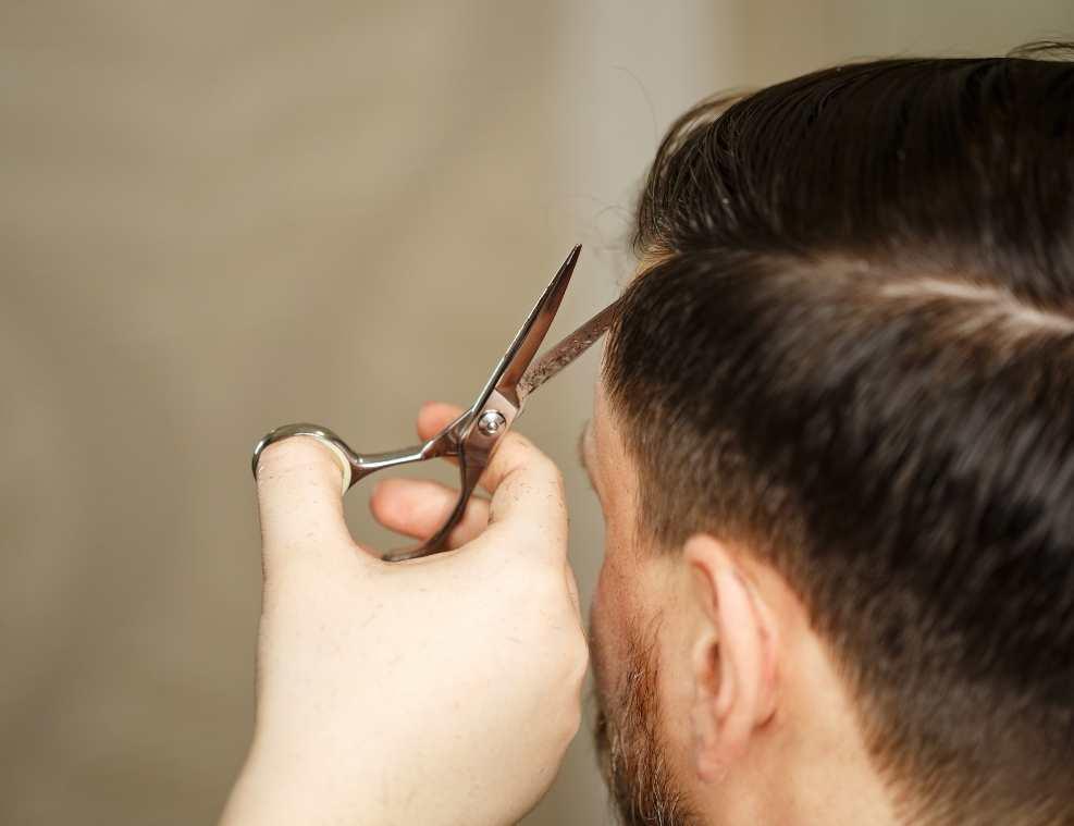 תמונה של גבר מסתפר לאתר 131 עיצוב שיער לגבר