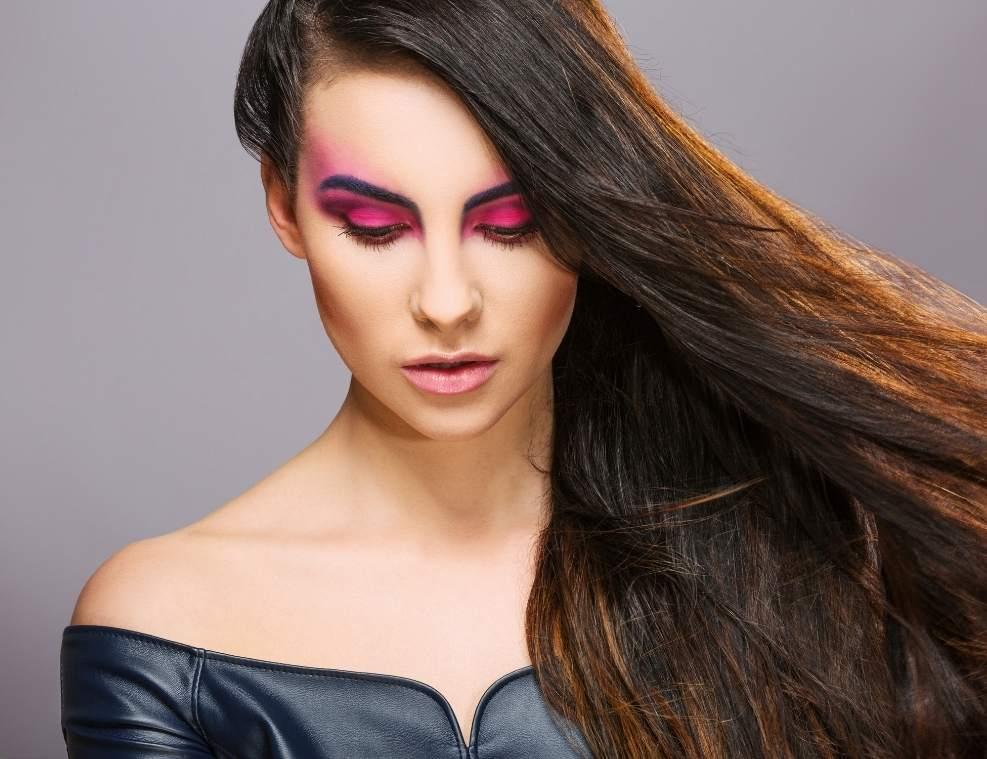 תמונה של דוגמנית ל בלוג איפור וטיפוח עם איפור ורוד ורקע אפור כהה