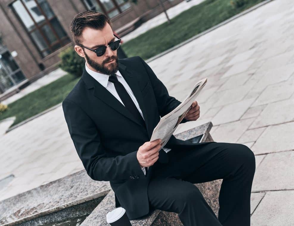 תמונה של גבר קורא מאמר של אופנה
