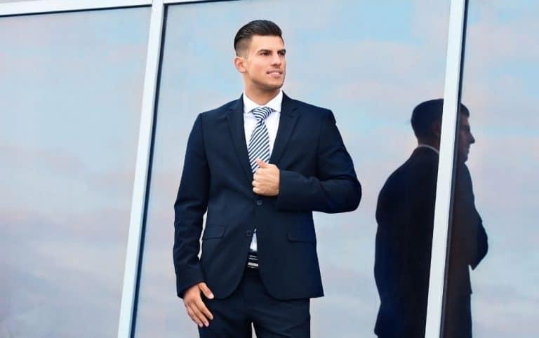 תמונה של דוגמן עם חליפה כחולה ועניבה אופנתית